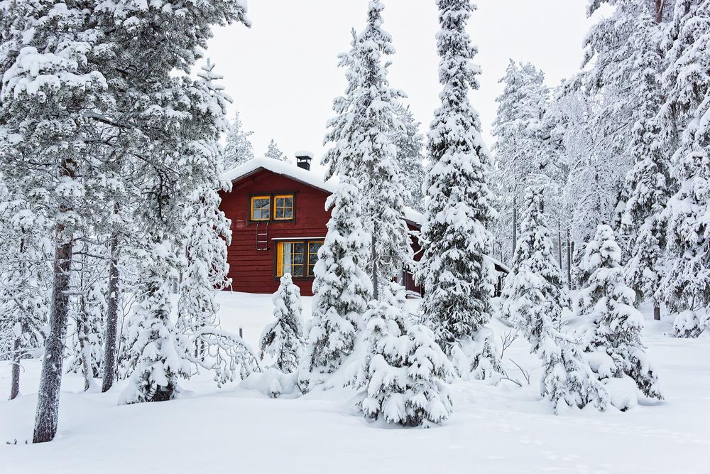 Finlandia, zaciszna leśna chatka zimą